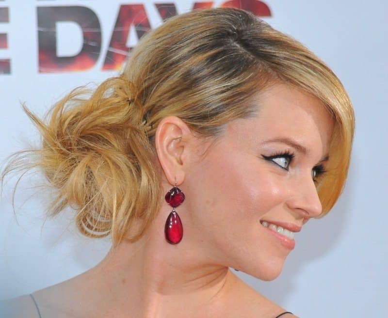 Elizabeth-Banks-Side-Bun-Hairstyle-with-Evening-Gown – Trend Crown